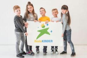 Kinder halten BesteKINDER-Plakat